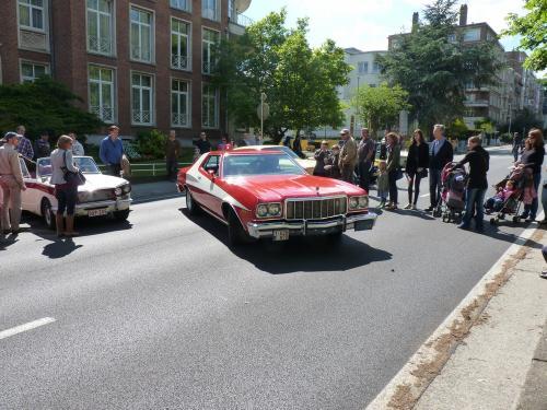 Je vous propose cette Ford Gran Torino réplique de la voiture de la série Starksy And Hutch.<br/ > Cette photo a été prise sur l'avenue de Tervuren, lorsque celle-ci était fermée pour la fête annuelle qui s'y déroule chaque année en mai.