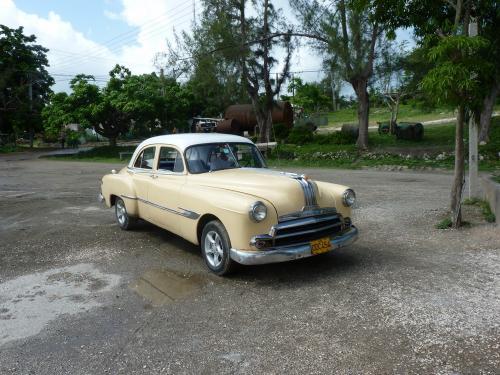 Cette Pontiac 1950 fait office de Taxi dans la Province d'Holguín à Cuba. Le moteur n'est plus d'origine et a été remplacé par un moteur moins gourmant en carburant