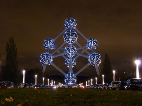 La nuit, les bâtiments et objets qui nous semblent habituels ont une toute autre image, les éclairages, les lumières et les couleurs les rendent différents.<br />Je trouve que l'Atomium est d'une beauté la nuit, avec ses lumières !