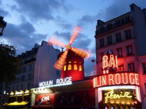 Le soir, la nuit, un moment intéressant pour faire des photos d'illumination.<br />  Ici, nous pouvons observer le mouvement du moulin du Moulin Rouge, à Pigalle - Paris.