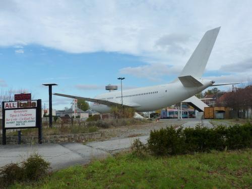 En novembre 2012, lors d'une balade à Charleroi (Hainaut – Belgique), j'ai aperçu au loin la queue d'un avion, alors que je ne me trouvais pas à proximité de l'aéroport. Cela m'a intrigué et m'a poussé à me rendre dans cette direction où j'ai vu un avion, placé le long de la nationale 90. Cet avion, un Airbus A310 était à vendre, selon une affiche. Son affectation était, ou aurait été, un restaurant, et antérieurement un bar à cocktail.<br /><br /> L'idée d'utiliser un vieil avion comme un « lieu de sortie » est assez original. Dans un autre registre, on retrouve à Bruxelles un tram fritkot [baraque à frites] de même qu'un bar dans un tram à Prague.
