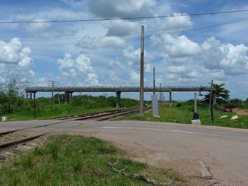 Lors d'un trajet en voiture, dans la province de Matanzas, à Cuba, nous avons vu ce pont qui surplombe une voie ferrée. <br />A quoi sert-il ou à quoi devait-il servir ? Aucune idée. Cela semble un peu folklorique en tout cas, mais cela fait le charme du pays !