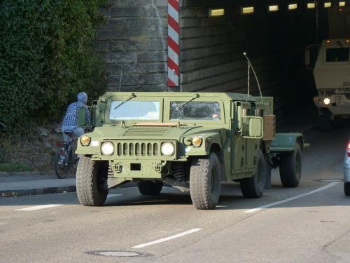 Lors d'un retour de voyage, au détour d'une route, nous avons croisé un convoi de véhicules militaires américains, comprenant, notamment, des camions et Hummer.<br /><br /> A noter, l'absence de plaque d'immatriculation à l'avant sur l'Hummer et la remorque.