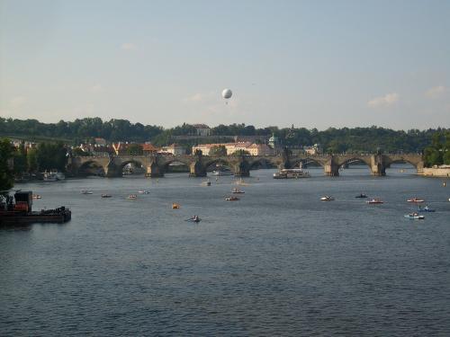 Le pont Charles est le pont le plus connu de Prague et enjambe la Vltava (Moldau en français).<br /><br /> Il s'agit d'un pont qui date du 14ème siècle.