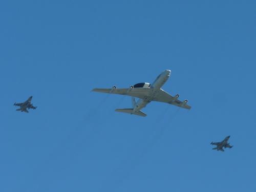 L'OTAN disposait d'une flotte de 18 Boeing E-3A (AWACS) pour des missions de surveillance du ciel. Un de ces avions s'est écrasé tandis qu'un autre a été mis hors service.<br /><br />Cette AWACS accompagné de deux F16 participaient aux défilé aérien pour l'inauguration du nouveau siège de l'OTAN à Bruxelles.