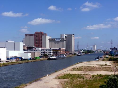 Anvers est une ville connue pour son quartier diamantaire, son port, ses commerces, mais c'est aussi une ville industrielle offrant des panoramas intéressants, comme celui-ci.