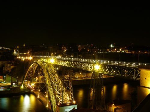 Vue de nuit du pont Dom-Luís qui relie Porto à Vila Nova de Gaia